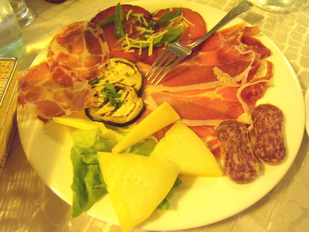 Hotel Ovidius 前菜 ハムとチーズの盛り合わせ