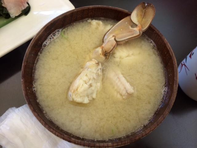 小魚と蟹が入った味噌汁