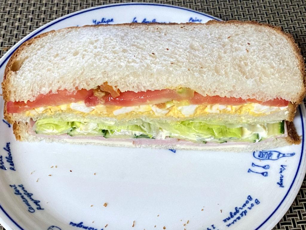 朝食のサンドウィッチ